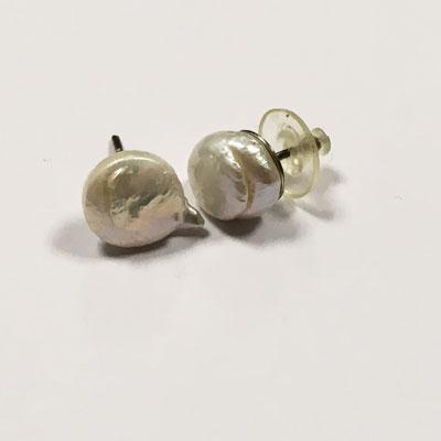 Parel oorbellen op zilveren steker coin