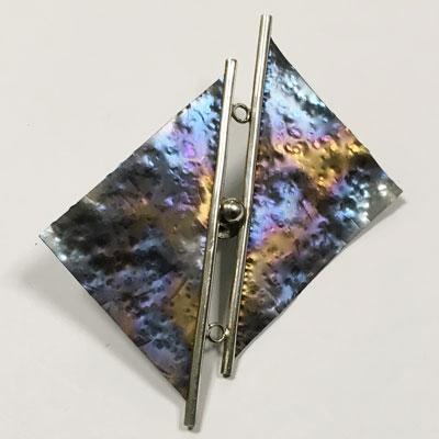 Broche van titanium gehamerd en geanodiseerd