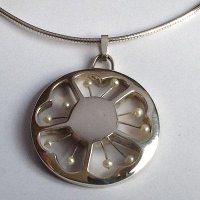 Zilveren bloemhanger met pareltjes