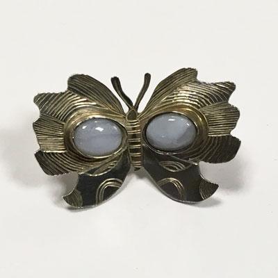 Zilveren vlinder broche gegraveerd met chalcedoon