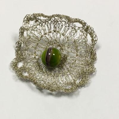 Zilveren fijn gehaakte broche met glaskraal