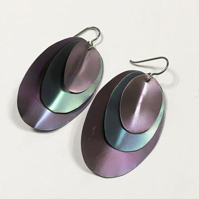 Blauw-groene titanium oorbellen