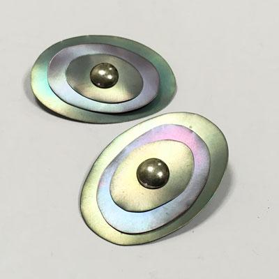 Drie kleurige titanium hanger die in lengte of breedte kan worden gedragen. Evt zou je het als broche op een outfit kunnen spelden een veelzijdig sieraad.
