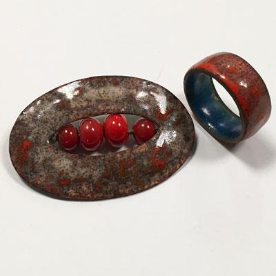Broche en ring geëmailleerde set in mooie rode kleur